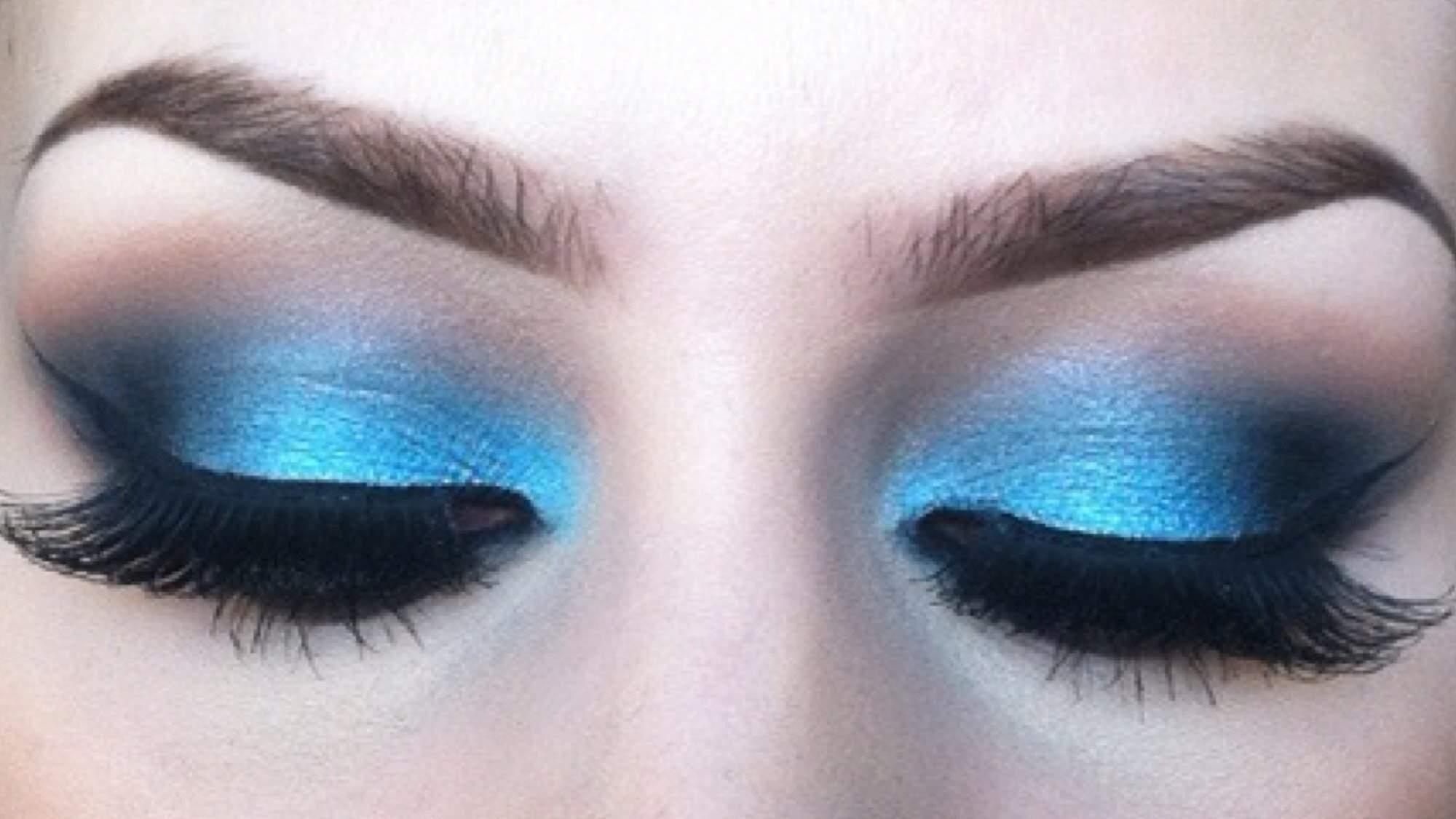 آبی، رنگ منتخب برای آرایش سایه چشم در بهار و تابستان ۲۰۱۸