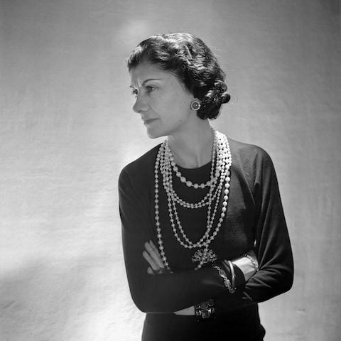 تصویری از کوکو شنل - بنیان گذار برند Chanel- زیورآلات مرواریدی، ترندی محبوب در طول تاریخ