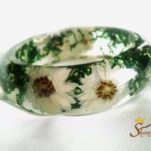 دستبند حاوی گلهای مینا طبیعی و ساقه های سبز (۱)