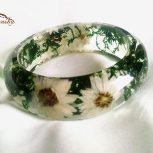 دستبند حاوی گلهای مینا طبیعی و ساقه های سبز (۶)